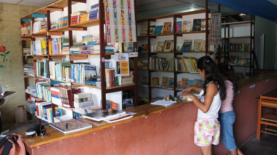 Les étagères se remplissent de livres